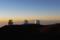 すばる望遠鏡とケック天文台(Keck-I,Keck-II)、遠くにマウイ島ハレアカラ