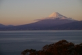[風景][夕焼け]夕暮れ時の富士山、駿河湾越し