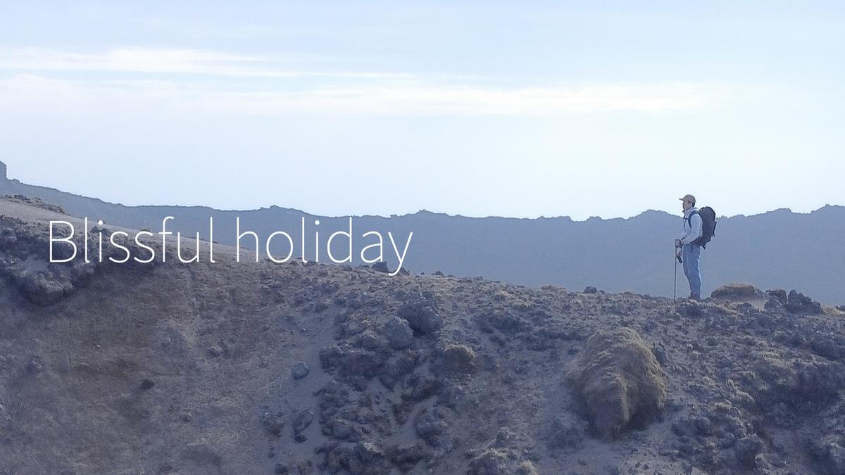 高千穂峰の稜線でたたずんでいる人をドローンから撮った写真