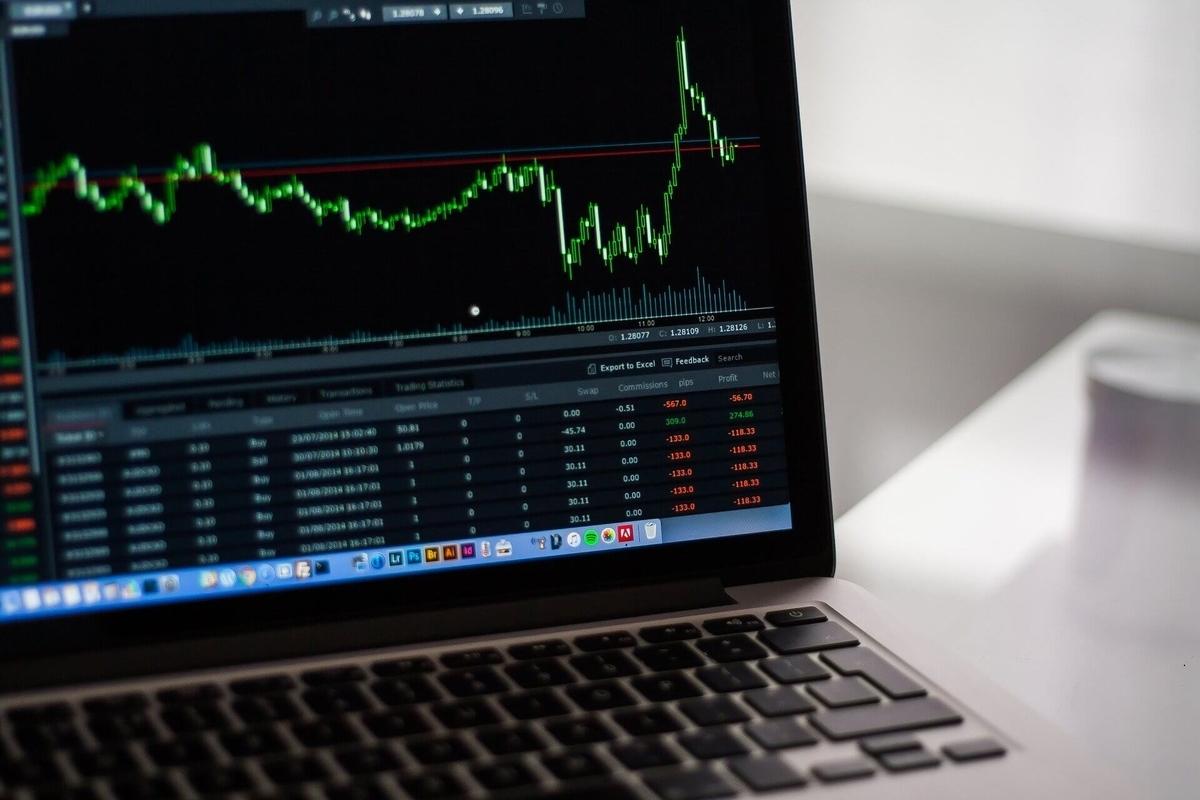 パソコン画面と株式チャート