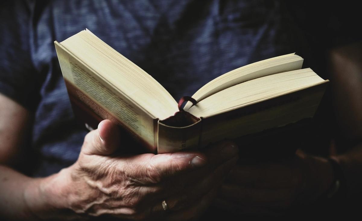本と男性の手