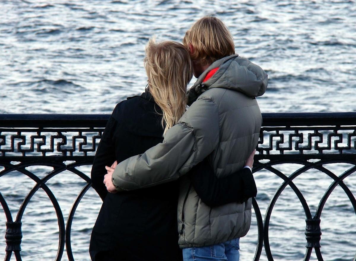 水辺に立つ男性と女性