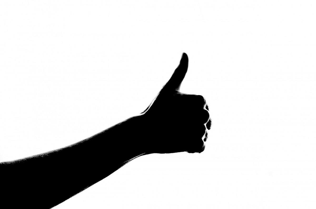 親指を立てた腕