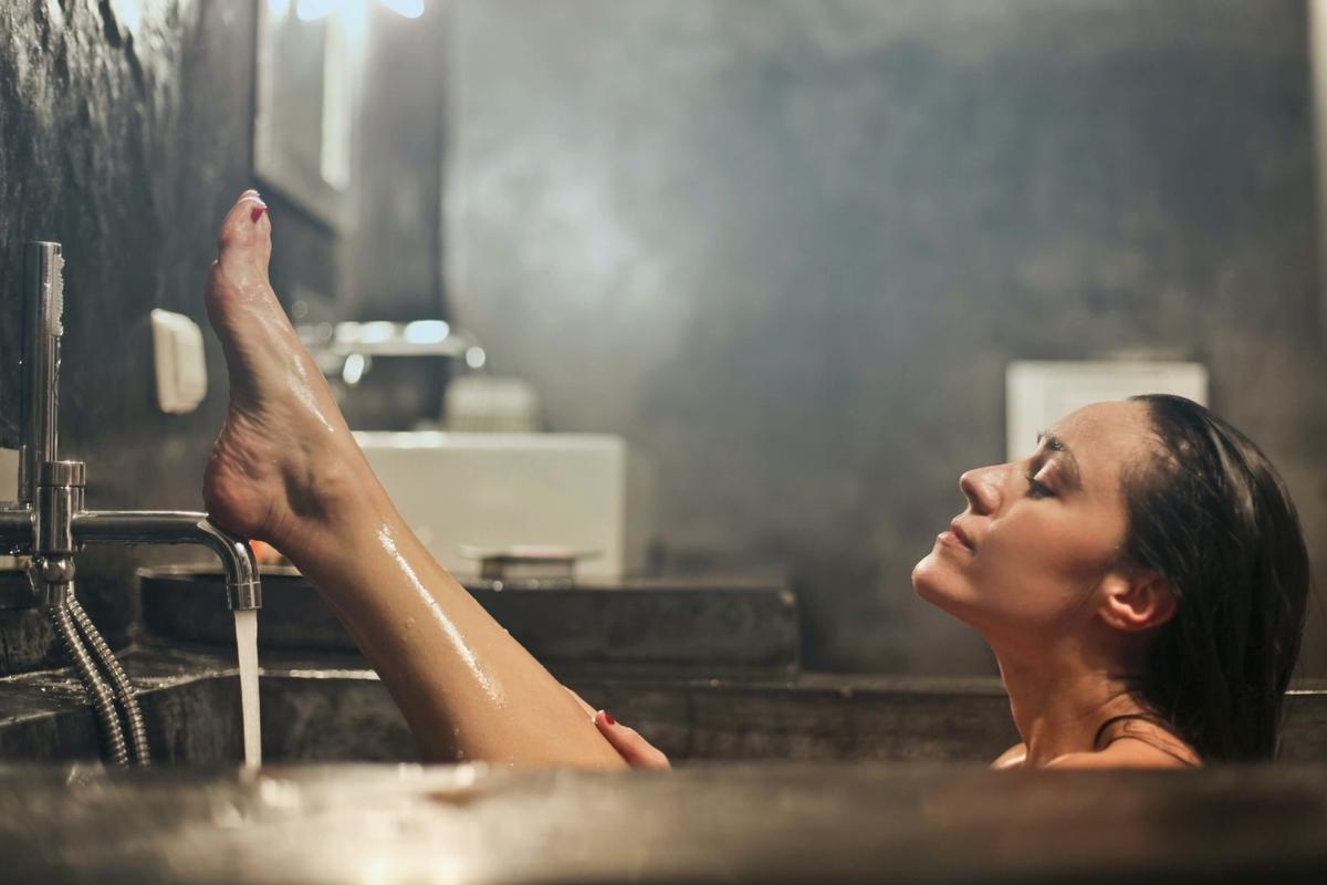 お風呂から脚を出す女性