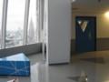 ベンチと教室の窓、三角形