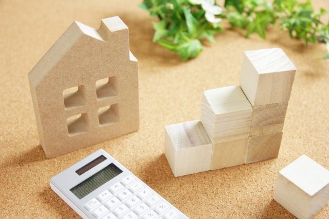 家と電卓の画像