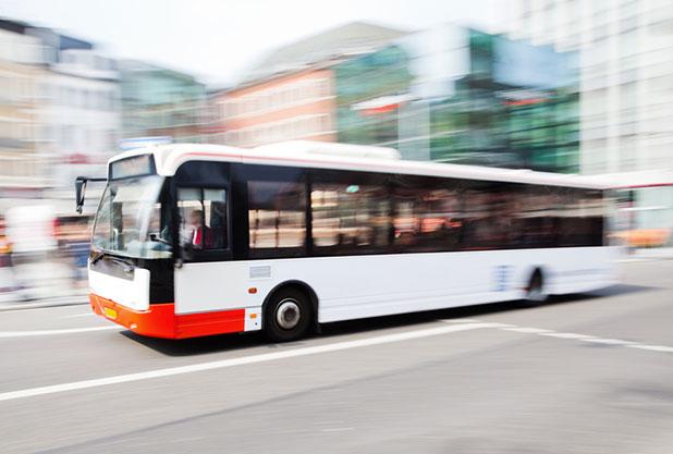 路上を走る観光バス