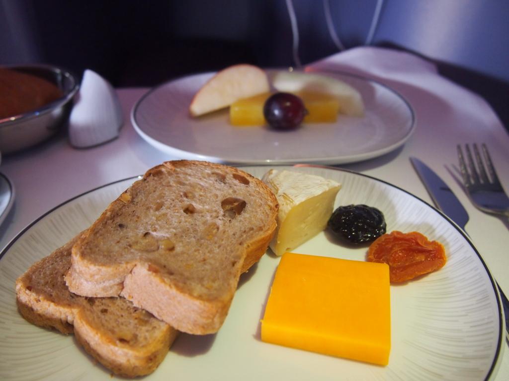 タイ国際航空_機内食_チーズとフルーツ