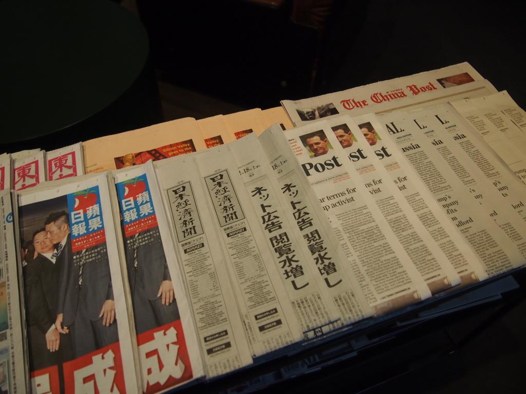 台北-桃園空港-キャセイ-ラウンジ-新聞