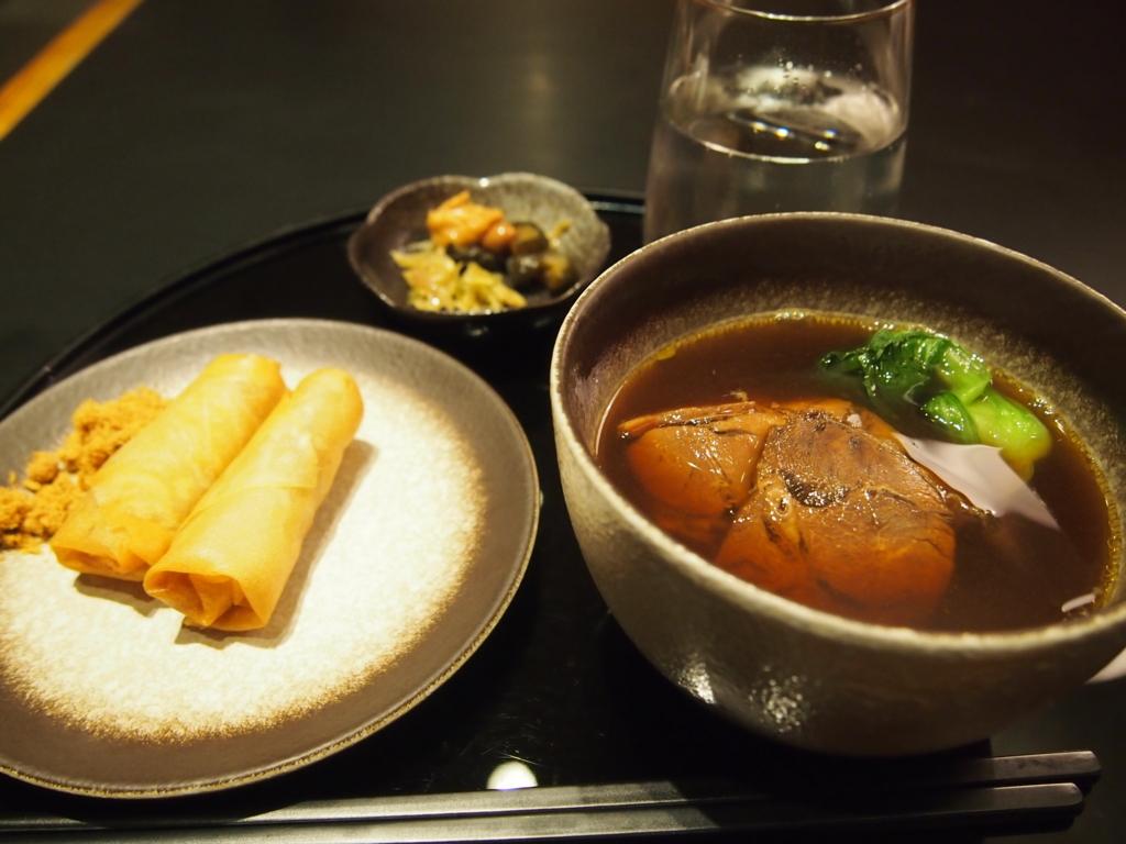 台北-桃園空港-キャセイ-ラウンジ-ヌードルバー-牛肉麺