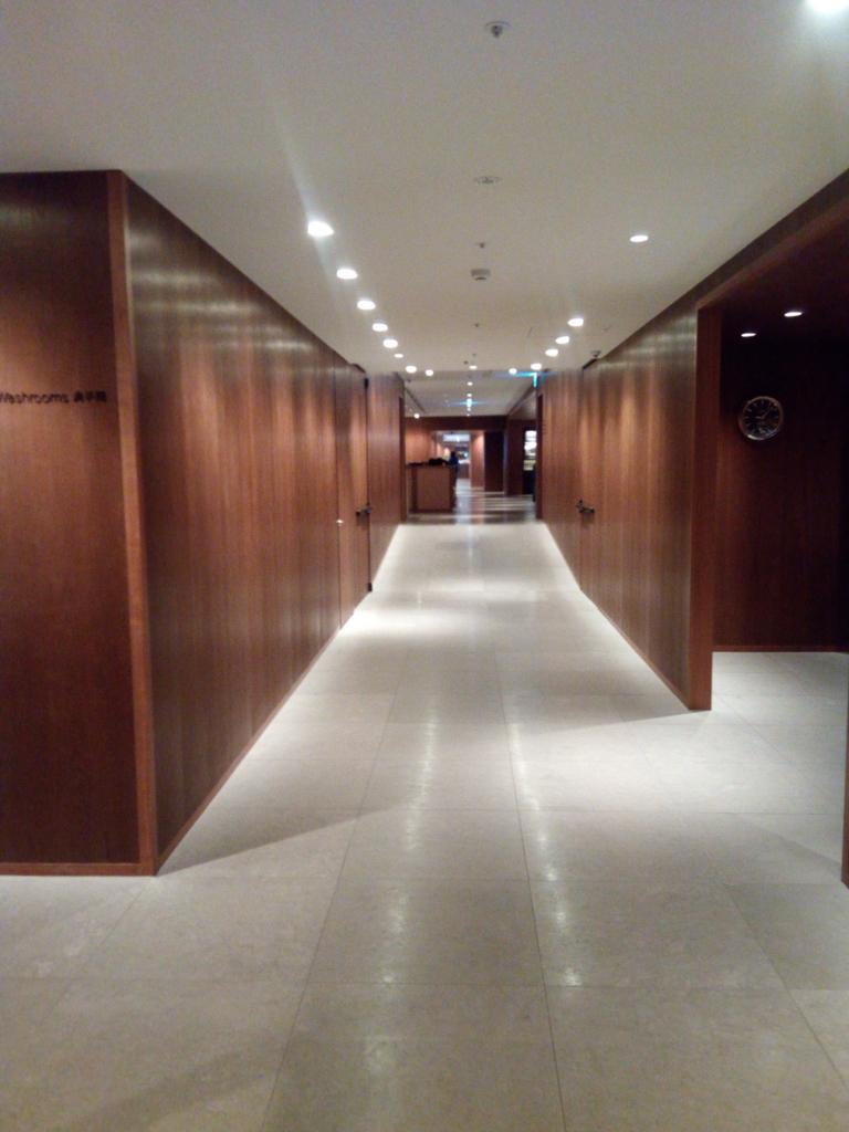 台北-桃園空港-キャセイ-ラウンジ-廊下