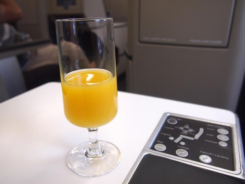 スイス航空-ビジネスクラス-ウェルカムドリンク