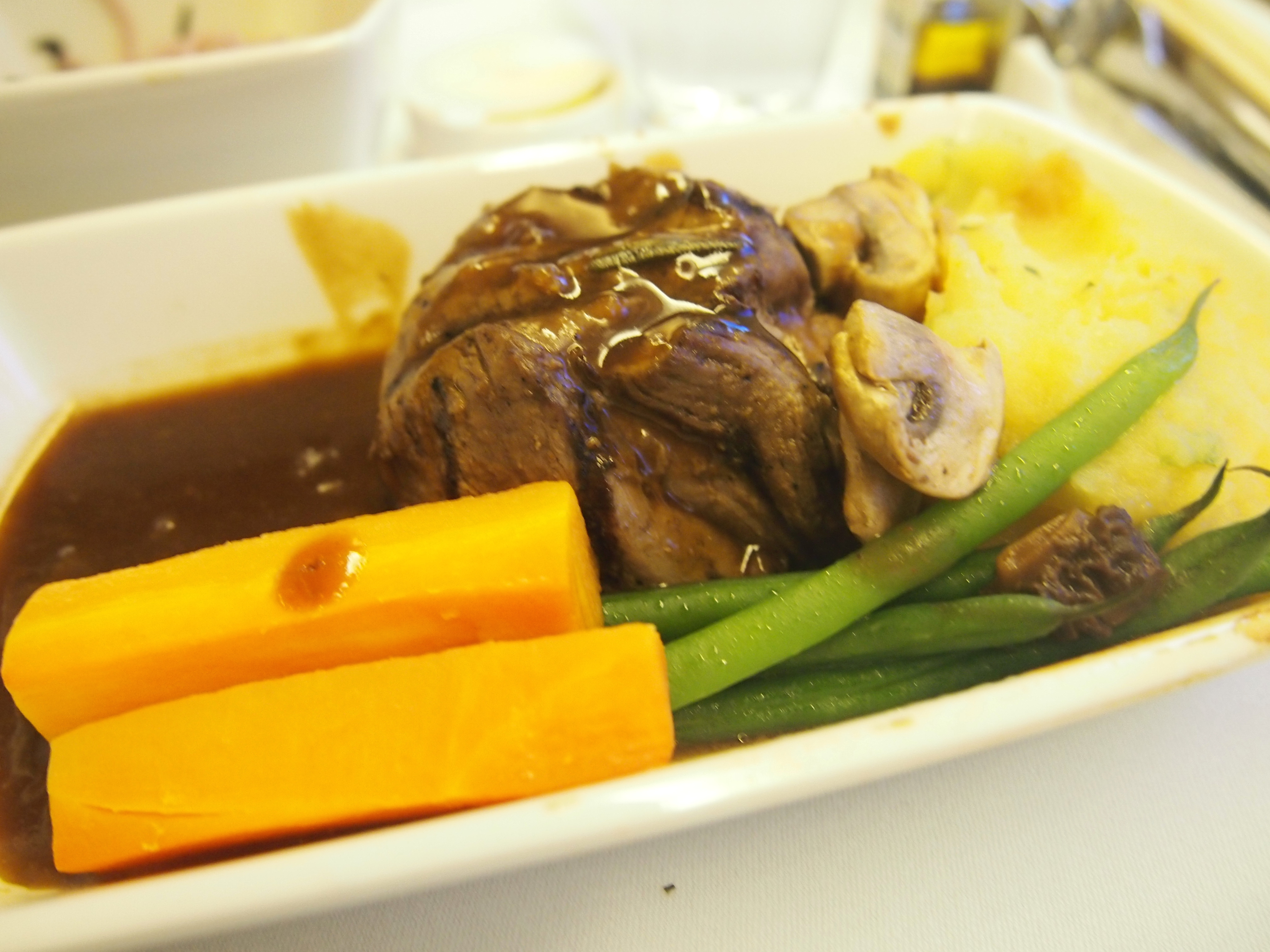 キャセイ-ビジネスクラス-機内食-メイン-肉