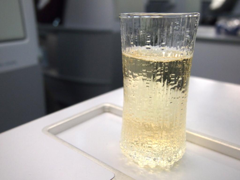 フィンエアー-ビジネスクラス-ウェルカムドリンク