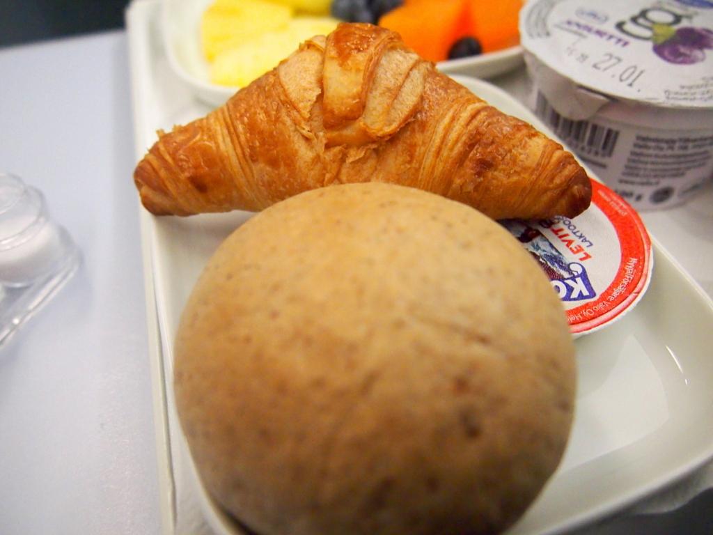 フィンエアー-ビジネスクラス-機内食-朝食-パン