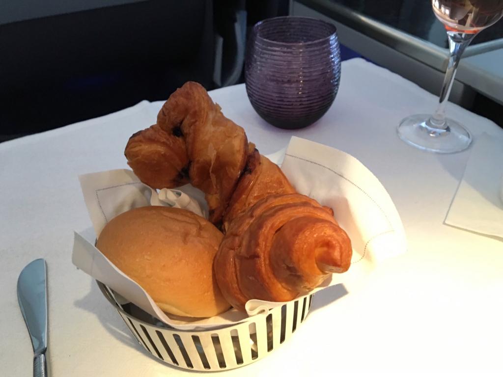 カタール航空-ビジネスクラス-機内食-パン