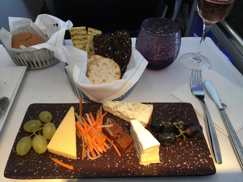 カタール航空-ビジネスクラス-機内食-チーズ