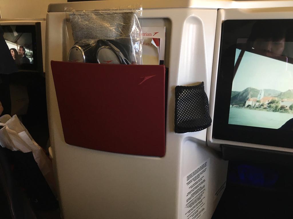 オーストリア航空-ビジネスクラス-シート-小物入れ