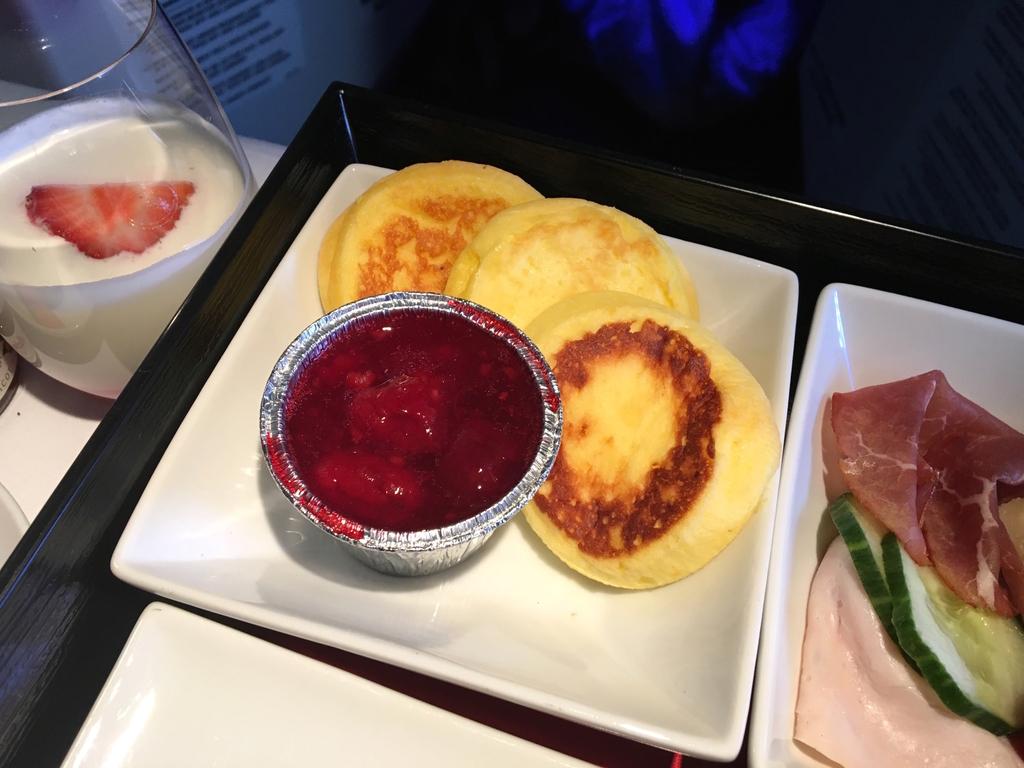 オーストリア航空-ビジネスクラス-機内食-朝食-パンケーキ
