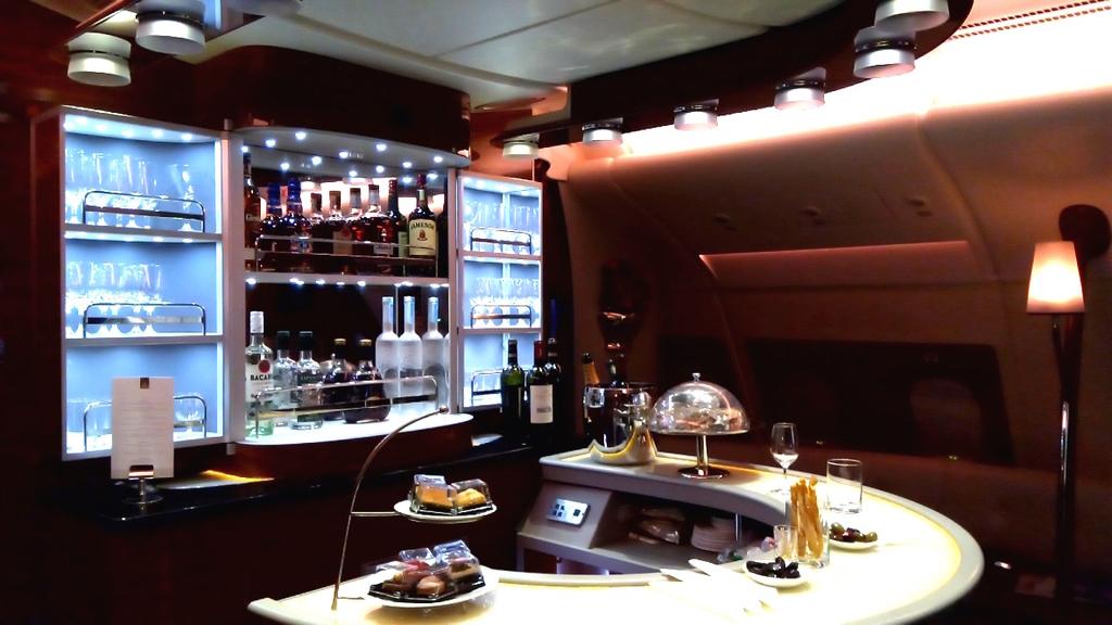 エミレーツ航空-ビジネスクラス-バーカウンター