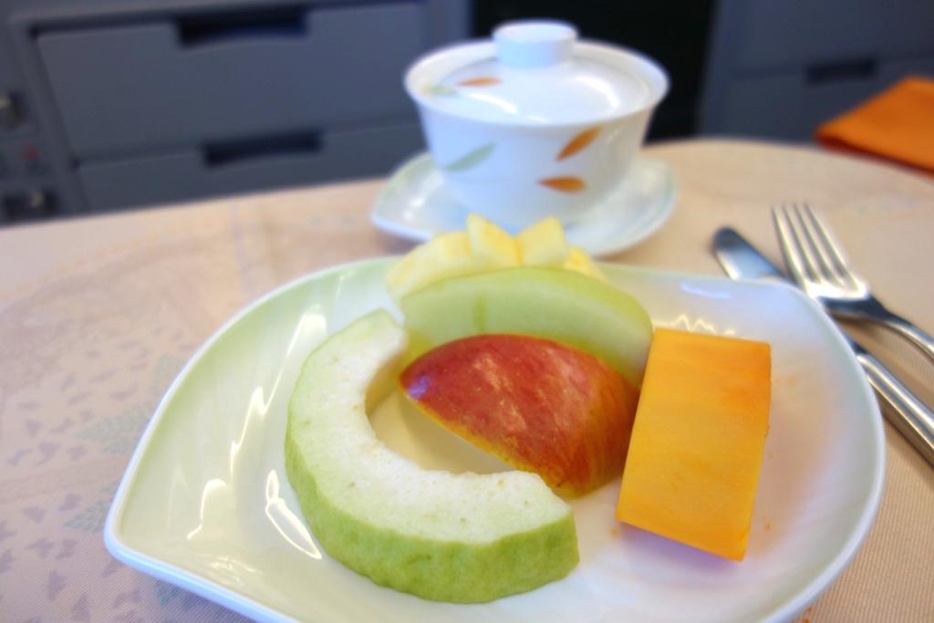 f:id:ranko_m:エバー航空-ばつ丸ジェット-ビジネスクラス-機内食-フルーツ