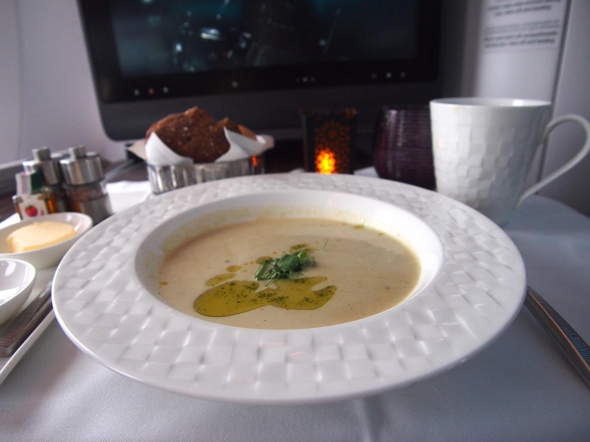 カタール航空-ビジネスクラス-機内食-スープ