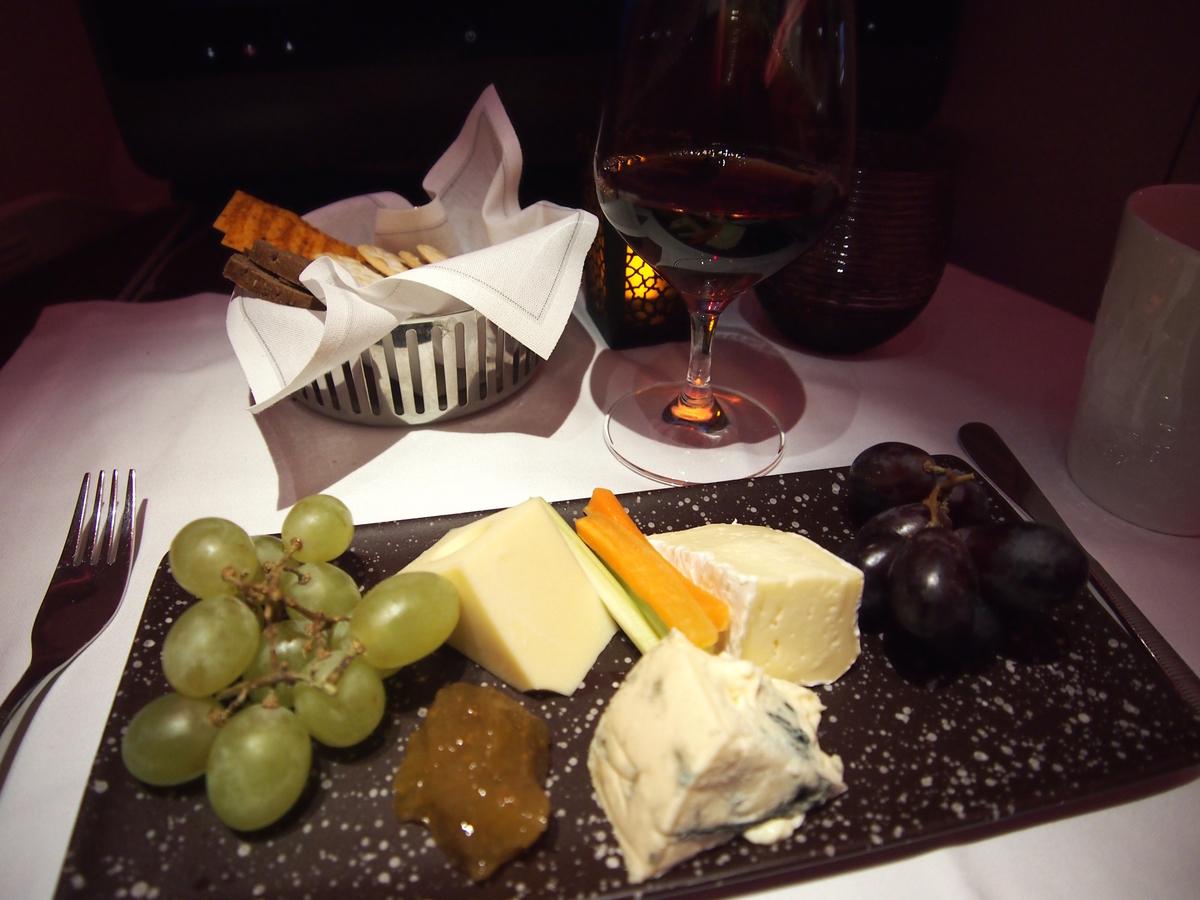 カタール航空-ビジネスクラス-機内食-チーズプレート
