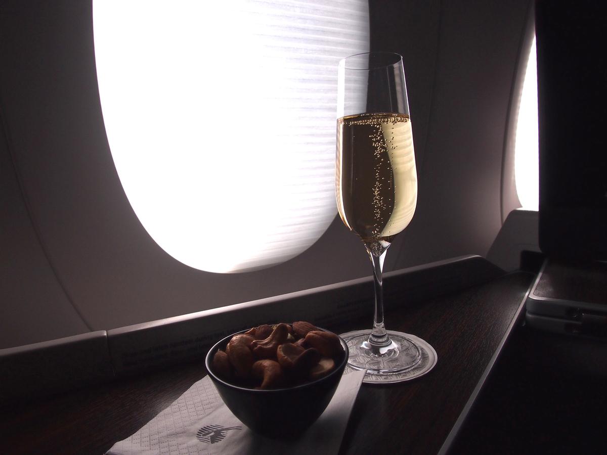 カタール航空-ビジネスクラス-シャンパン
