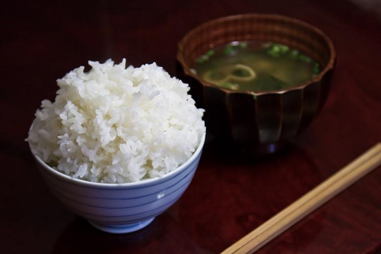 和食の配膳はご飯が左、お味噌汁は右
