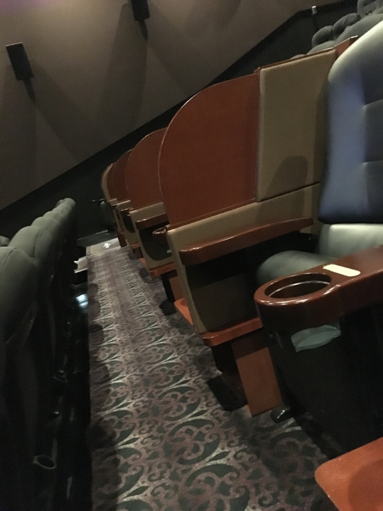 TOHO シネマズ新宿 screen4 プレミアムボックスシート 足元