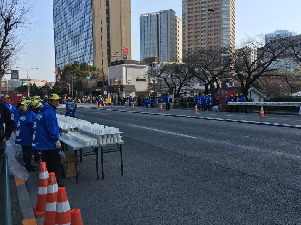 東京マラソン2016 飯田橋付近 準備中