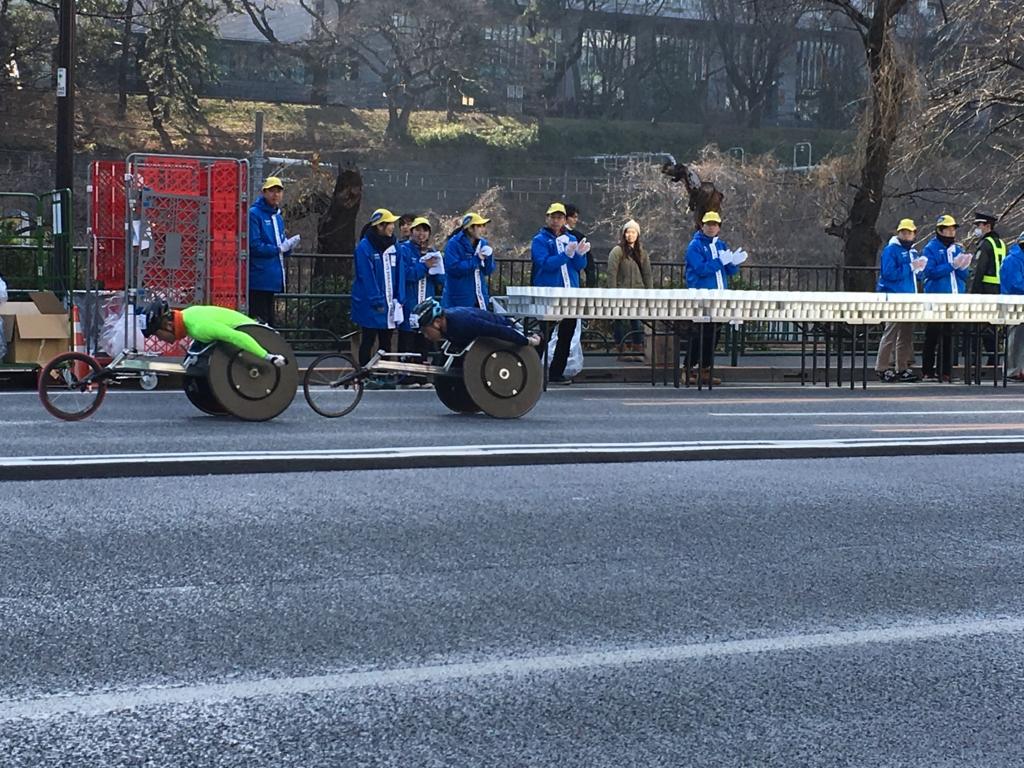 東京マラソン2016 飯田橋付近 車椅子走者