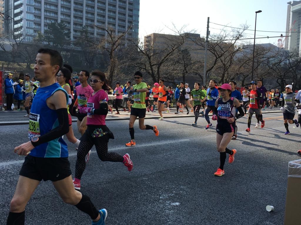 東京マラソン2016 飯田橋付近 サブ4走者