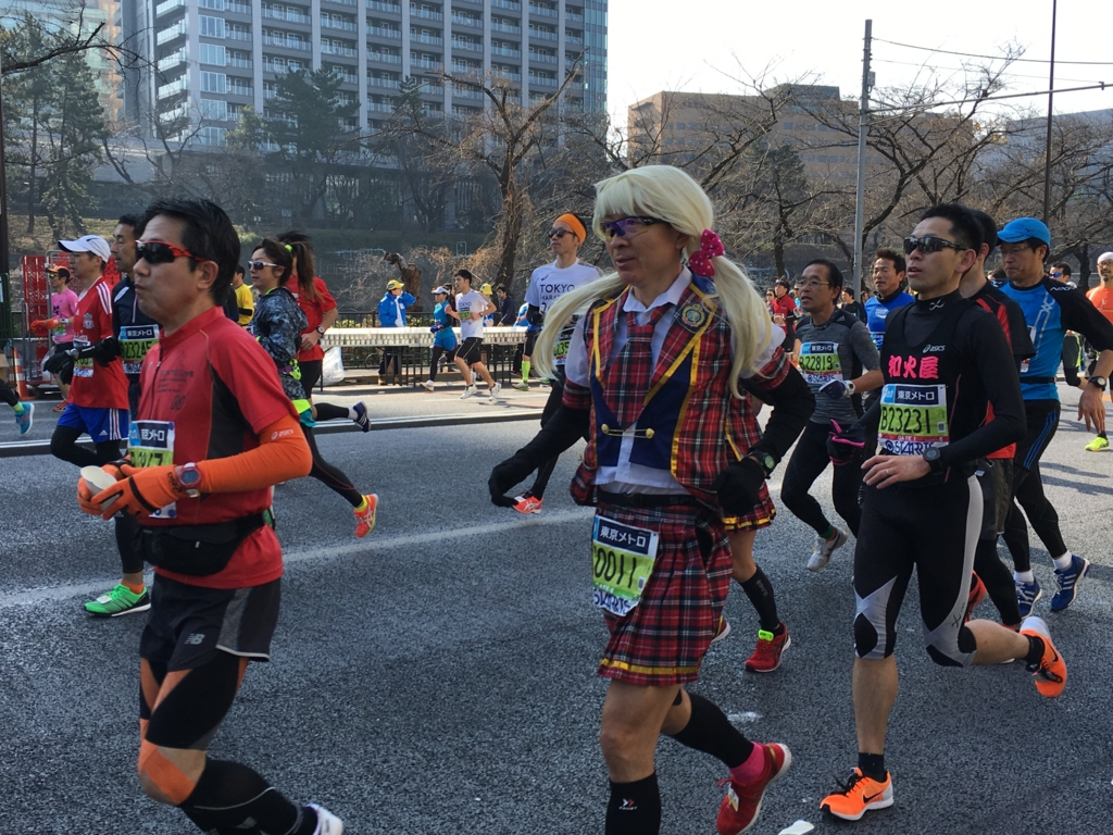東京マラソン2016 飯田橋付近 女装?