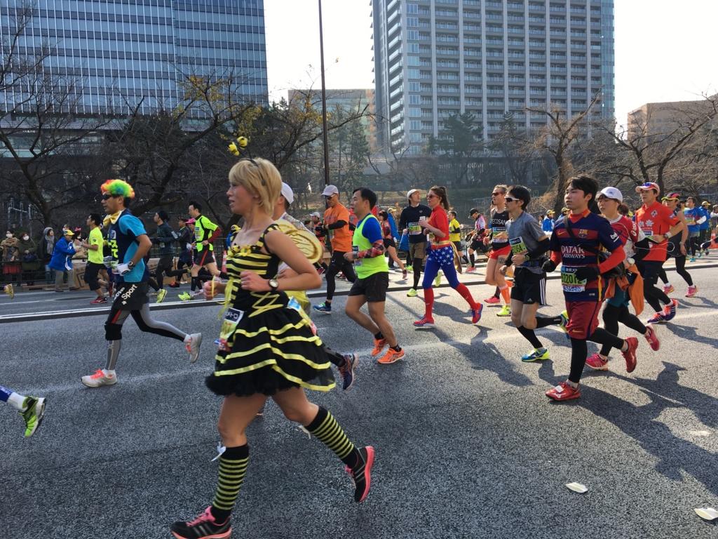 東京マラソン2016 飯田橋付近 ミツバチ風?