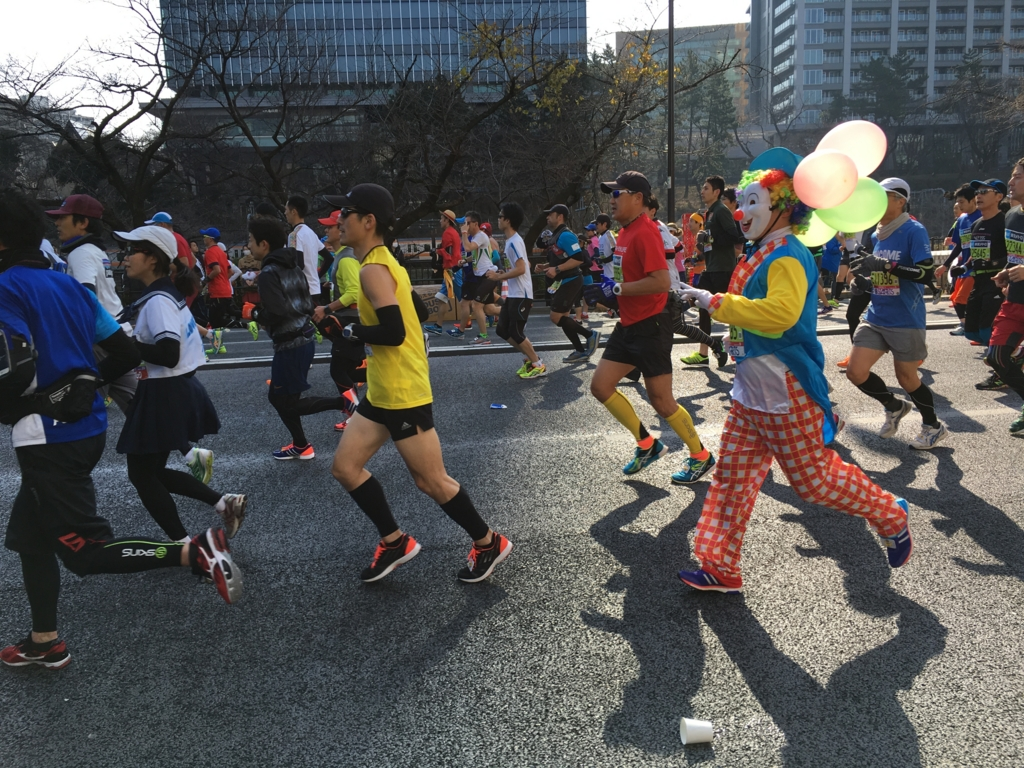 東京マラソン2016 飯田橋付近 ピエロ
