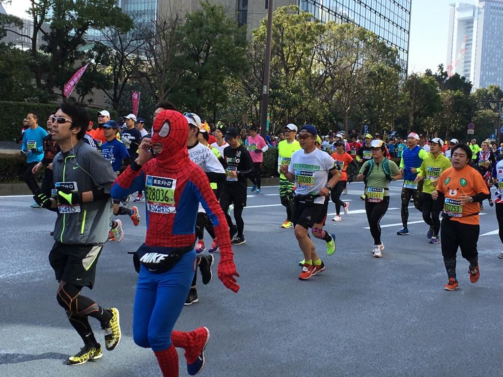 東京マラソン2016 飯田橋付近 スパイダーマン