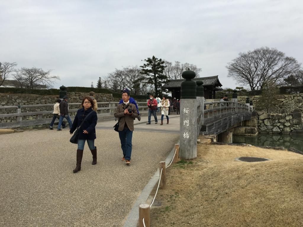 姫路城へ 道路から橋を渡る