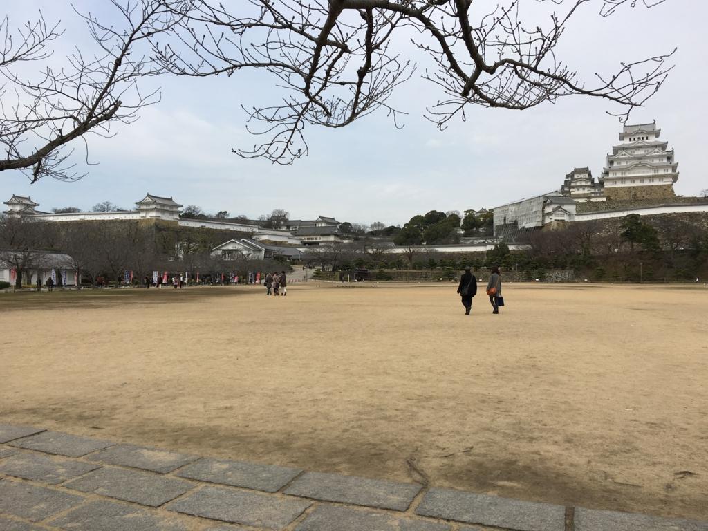 姫路城へ 大きな広場