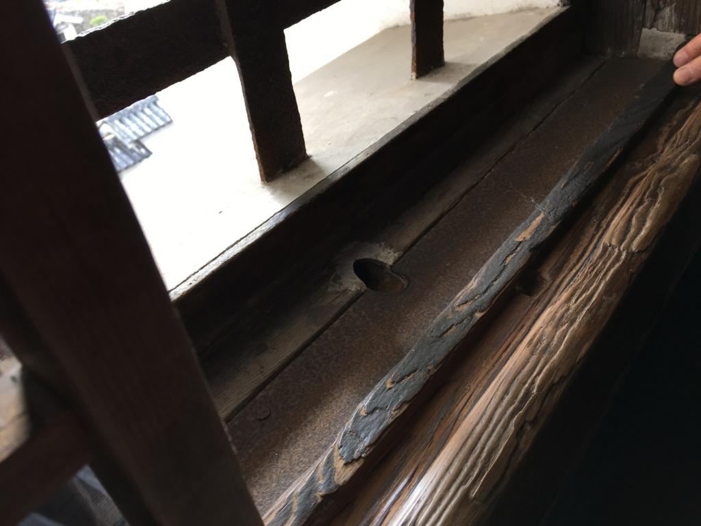 姫路城 雨対策 窓下 水抜き 内側