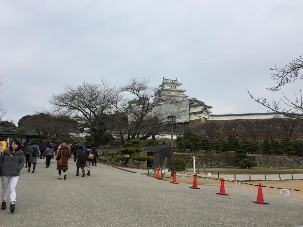 姫路城へ 大きな広場 左側の道へ