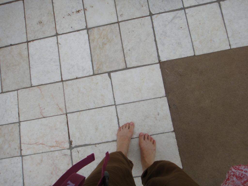 ミャンマー シュエジゴン・バゴタにて 裸足で観光