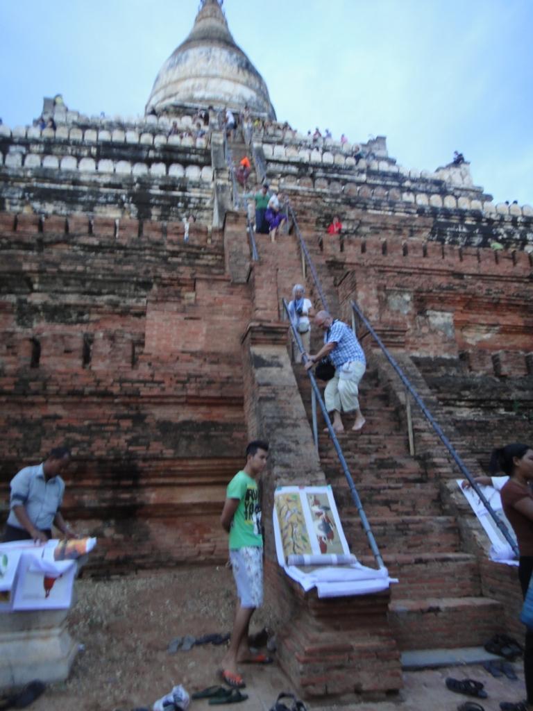 ミャンマー シュエサンドー・バゴタ 裸足で階段