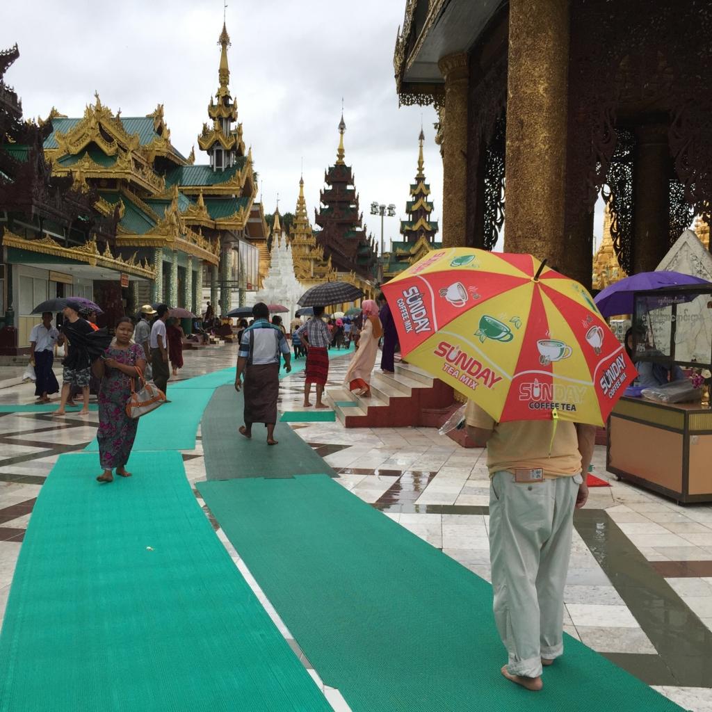ミャンマー シュエダゴン・パゴダ 雨 裸足で観光