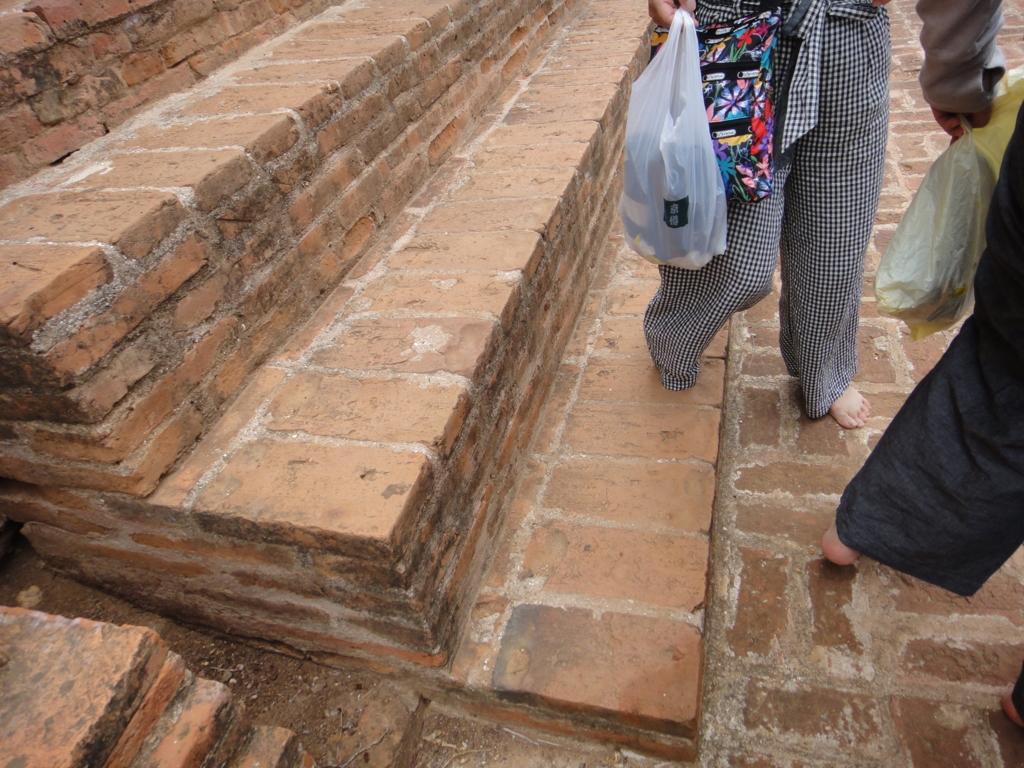 ミャンマー ティーローミンロー寺院にて 裸足で観光