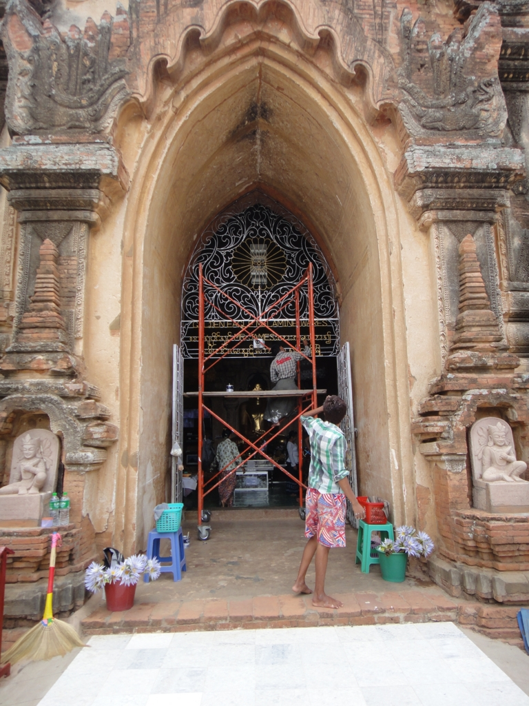 ミャンマー ティーローミンロー寺院 裸足で修理