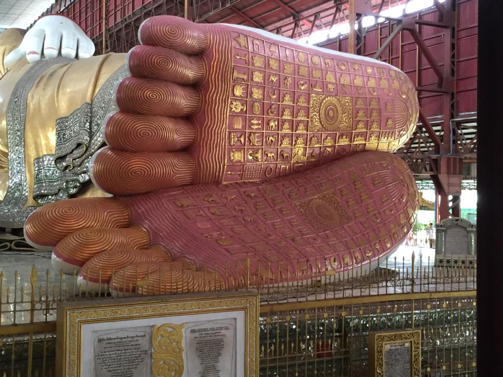 ミャンマー チャウタッジー・バゴタ 涅槃像 足裏
