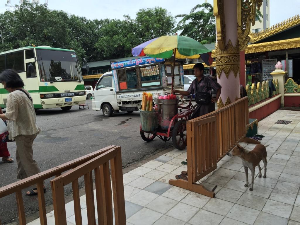 ミャンマー アイスクリーム車 xx豆腐店のロゴがそのまま