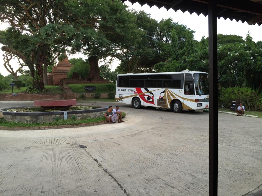 ミャンマーツアー 観光バス width=