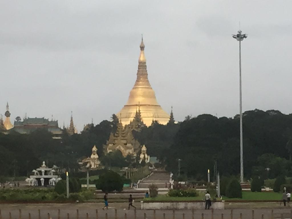ミャンマー シュエダゴン・バゴダ 外より